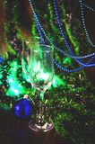 Vidros de Champagne no fundo do ano novo fotos de stock royalty free