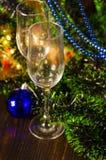 Vidros de Champagne no fundo do ano novo imagem de stock