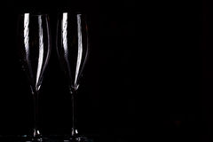 Vidros de Champagne no pulverizador preto Imagens de Stock