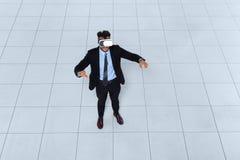 Vidros de Digitas do desgaste de homem do negócio, opinião de ângulo superior da realidade de Hold Hand Virtual do homem de negóc Imagens de Stock