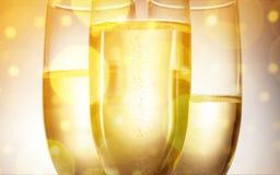 Vidros de flauta do champanhe no fundo brilhante Imagem de Stock Royalty Free