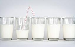 Vidros de leite em um fundo branco Fotografia de Stock Royalty Free