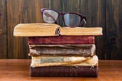 Vidros de leitura do vintage nos livros Fotos de Stock Royalty Free