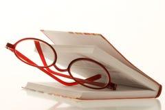 Vidros de leitura entre o livro fotografia de stock royalty free