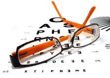 Vidros de leitura na carta de olho Imagem de Stock