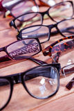 Vidros de leitura na tabela Fotografia de Stock Royalty Free
