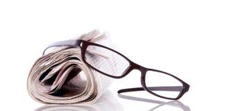 Vidros de leitura no jornal Foto de Stock Royalty Free