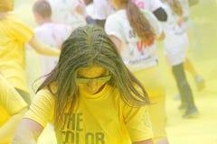 Vidros de sol vestindo da menina cobertos com o pó amarelo da cor Imagem de Stock
