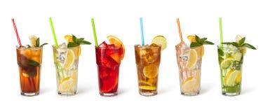 Vidros de sucos de fruta com cubos de gelo Imagens de Stock Royalty Free