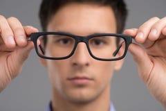 Vidros de tentativa do homem para melhorar a visão Fotografia de Stock Royalty Free