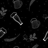 Vidros de teste padrão e canecas sem emenda de cerveja, de lúpulos e de cevada ilustração do vetor