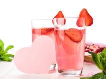 Vidros de uma limonada cor-de-rosa fresca imagens de stock