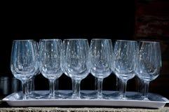 Vidros de vidro numerosos em uma bandeja Fotos de Stock Royalty Free