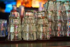 Vidros de vidro para o uísque e as outras bebidas e suporte no café da barra fotos de stock royalty free