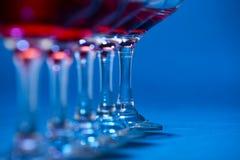 Vidros de vinho alinhados na linha Imagem de Stock