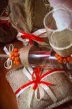 Vidros de vinho belamente decorados Decoração no estilo do outono fotografia de stock