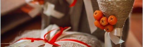 Vidros de vinho belamente decorados Decoração no estilo do outono Orientação panorâmico imagem de stock royalty free