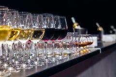 Vidros de vinho branco e vermelho Fotografia de Stock