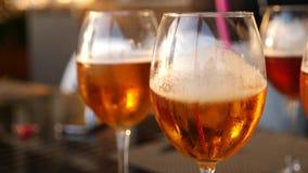 Vidros de vinho com close-up do álcool Movimento lento Gosto da cerveja filme