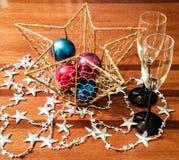 Vidros de vinho com decorações do feriado Imagem de Stock Royalty Free