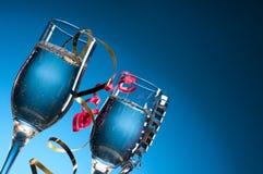 Vidros de vinho com flâmulas do partido foto de stock