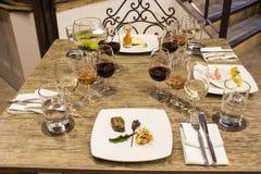 Vidros de vinho com guardanapo, vidros e alimento gourmet, tabela de banquete Imagens de Stock Royalty Free