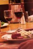 Vidros de vinho com jantar Fotografia de Stock Royalty Free