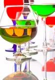 Vidros de vinho com líquidos coloridos Fotos de Stock Royalty Free