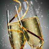 Vidros de vinho com laços do ouro em Gray Background Fotografia de Stock