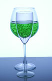 Vidros de vinho com suco do quivi em um fundo neutro Imagem de Stock Royalty Free