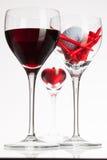 Vidros de vinho com vinho tinto, coração e bola de golfe Fotografia de Stock Royalty Free