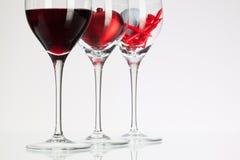 Vidros de vinho com vinho tinto, coração e bola de golfe Imagens de Stock Royalty Free