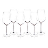 Vidros de vinho de cristal caros no fundo branco Foto de Stock