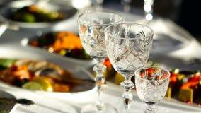 Vidros de vinho de cristal vazios filme