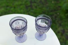 Vidros de vinho Dois vidros de vinho reais lilás do vintage Fotografia de Stock Royalty Free