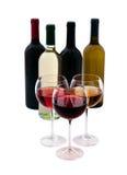 Vidros de vinho e garrafas do vinho no branco Imagem de Stock