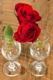 Vidros de vinho e rosas do aperto Foto de Stock Royalty Free