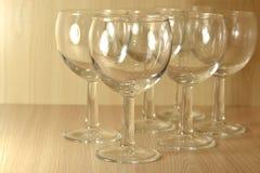Vidros de vinho em um fundo de madeira foto de stock