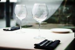 Vidros de vinho em uma tabela imagens de stock royalty free