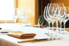 Vidros de vinho em uma tabela fotografia de stock royalty free