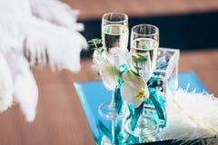 Vidros de vinho luxuosos com champanhe, decoração do casamento fotografia de stock