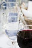 Vidros de vinho na tabela Foto de Stock