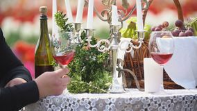 Vidros de vinho na tabela filme