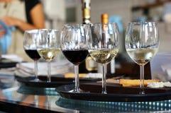Vidros de vinho no café Fotos de Stock Royalty Free