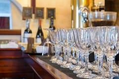 Vidros de vinho no interior do restaurante da barra Imagem de Stock