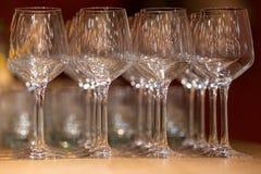 Vidros de vinho no restaurante claro morno do sótão Fotografia de Stock Royalty Free