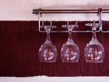 Vidros de vinho que penduram acima do lado para baixo imagem de stock