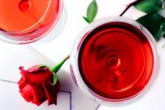 Vidros de vinho, rosa e uma letra de amor imagens de stock royalty free