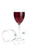 Vidros de vinho tinto completos e vazios Fotografia de Stock