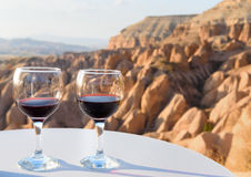 Vidros de vinho tinto no fundo vermelho do vale em Cappadocia Turquia Fotos de Stock Royalty Free